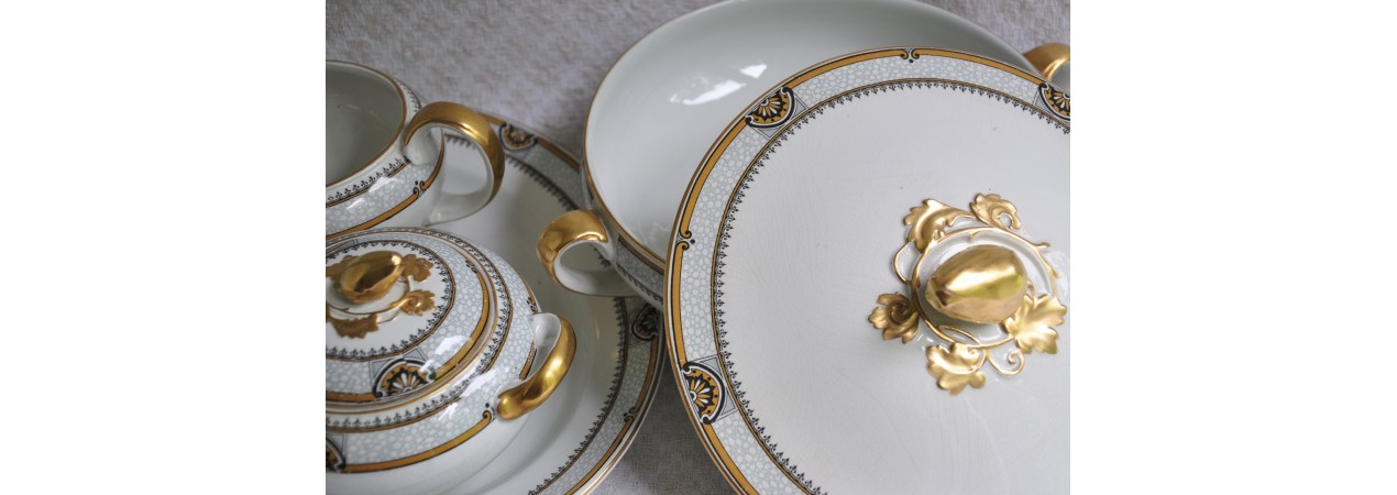 Fine gold and white earthenware