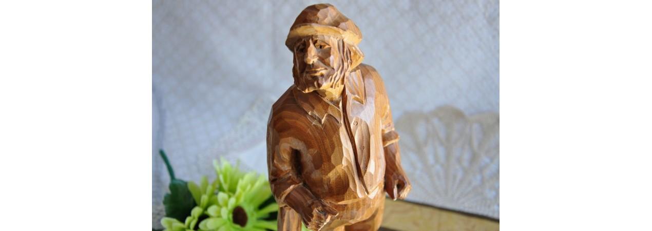 Sculpture en bois d'un vieux paysan