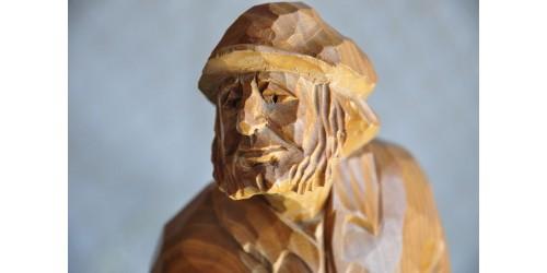 Sculpture sur bois d'un paysan scrutant le ciel
