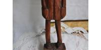 Vieille sculpture sur bois d'un homme inquiet