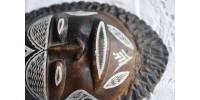 Masque africain en argile à motif incisé