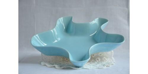 Plat bleu ondulé de forme organique