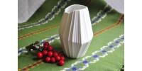 Vase AK Kaiser signé M. Frey en porcelaine crue