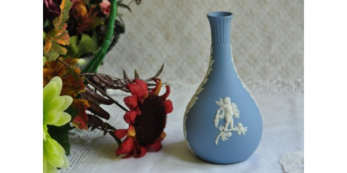 Petit vase Wedgwood bleu à motifs blancs