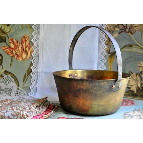 Chaudron rustique ancien en fonte de laiton