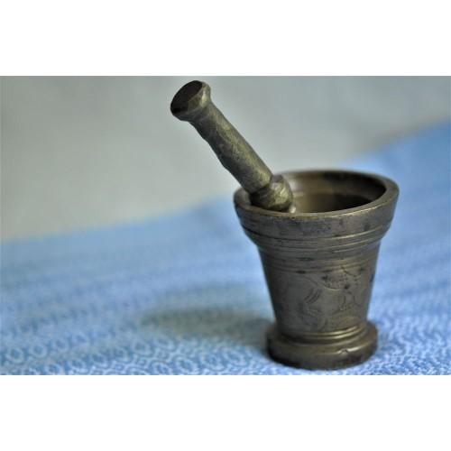 Petit mortier artisanal en bronze avec pilon