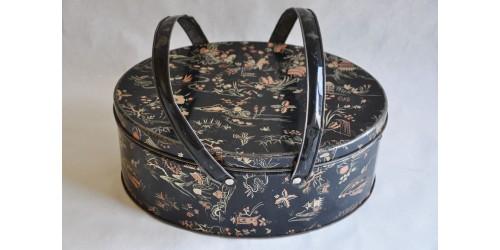 Boîte de métal ovale à décor de chinoiseries