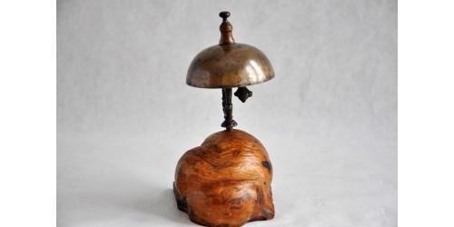 Sonnette de comptoir XIXe montée sur loupe de bois