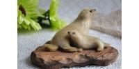 Petits phoques en fourrure sur plaque décorative