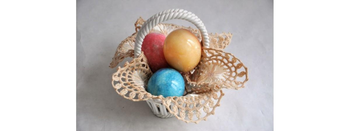 Corbeille d'oeufs de Pâques en pierre