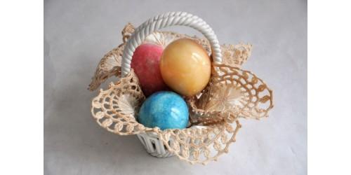 Petite corbeille signée Capodimonte avec œufs en pierre