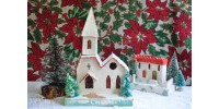 Petit village de Noël avec église, maison et sapins