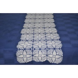 Grand chemin de table blanc en dentelle au crochet