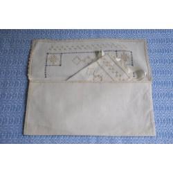 Bavoir en lin brodé dans son enveloppe faite main