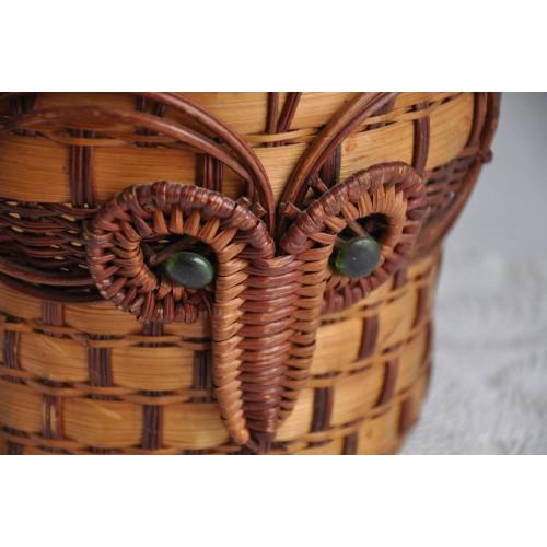 Panier en rotin à décor de bélier aux yeux de verre