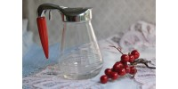 Pot à sirop Androck à poignée en bakélite rouge
