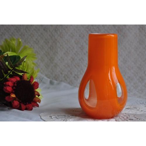 Vase d'art orange doublé de blanc à fenêtres