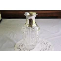 Vase en cristal taillé avec col en métal argenté
